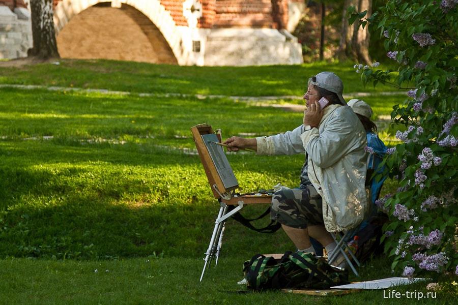 Художники прячутся в тени деревьев