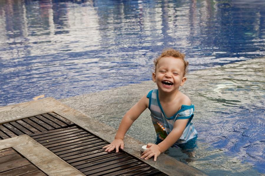 Вот малыш в бассейне в Камбодже в Сием Риепе