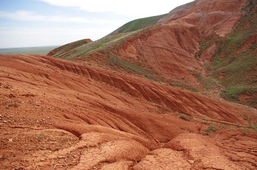 Красные скалы у подножия горы Большое Богдо, Астраханская область