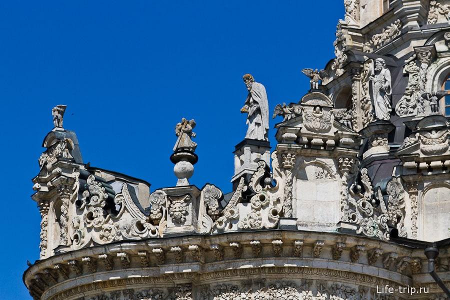 Множество фигур и барельефы на крыше