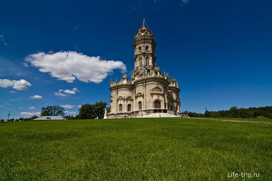 Церковь Знамения со стандартной стороны