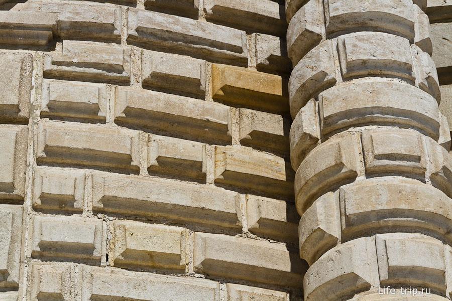 Стены повыше - резная брусчатка