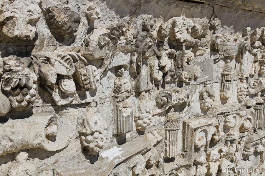 Стены рельефные и имеют множество деталей