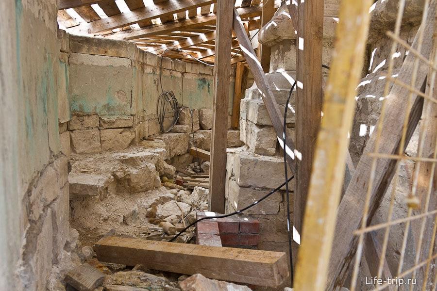 Фундамент храма всего 70см, поэтому вокруг него стена и бустовая прослойка