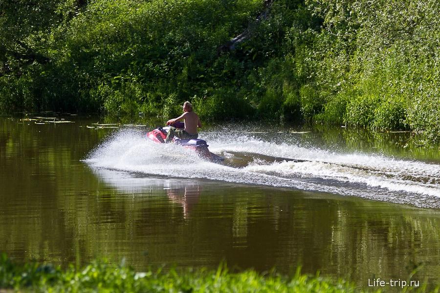 У кого-то хватает ума катать на гидроцикле по узкой речке, где полно людей