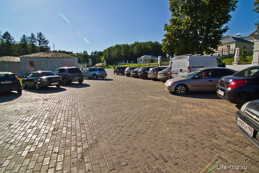 Неправильная автостоянка в Дубровицах