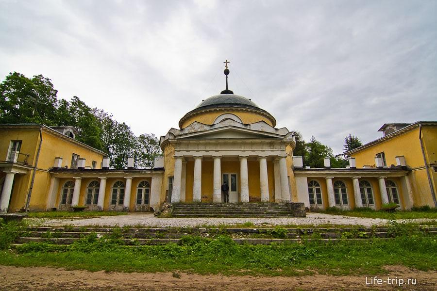 Почти полностью переделанный мавзолей Волконских под столовую