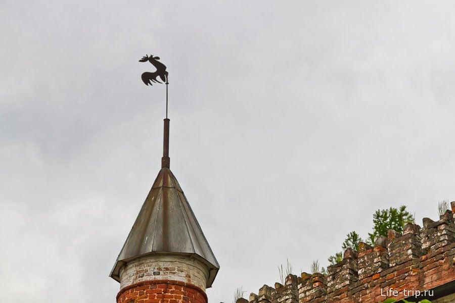 Флюгер на крыше минизамка