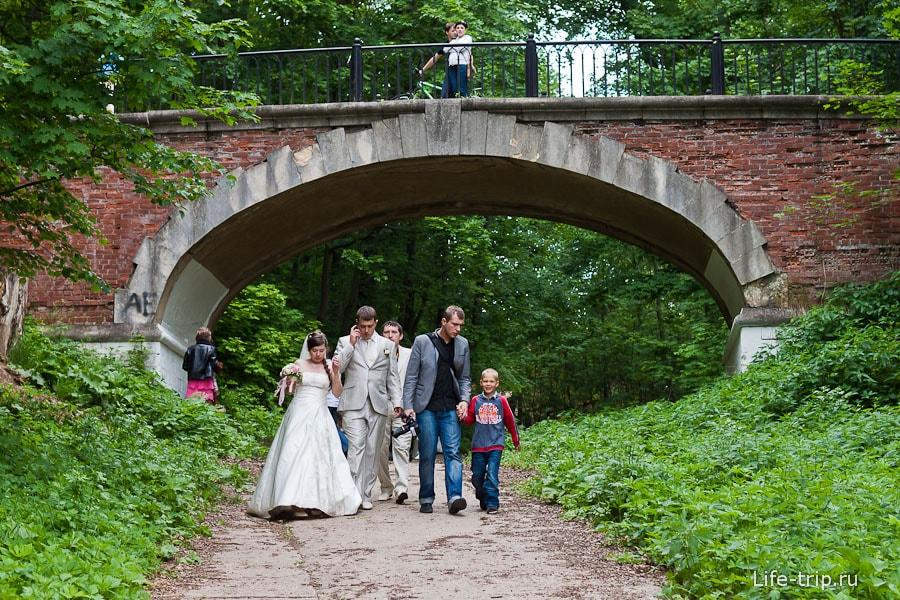 Свадьба и арочный мост
