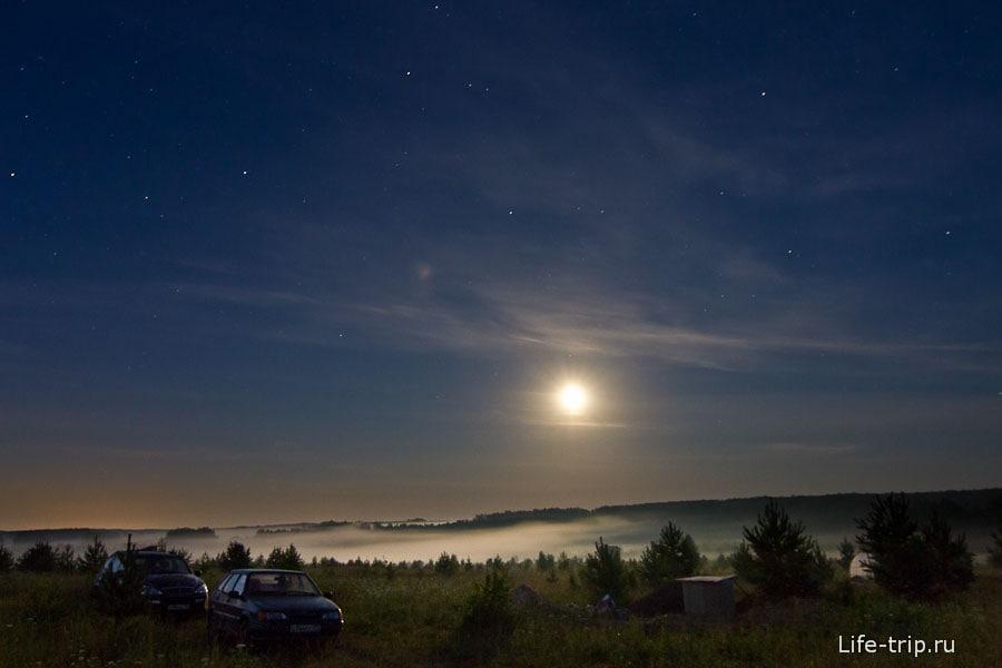 Луна засвечивает небо, зато делает некий сюр