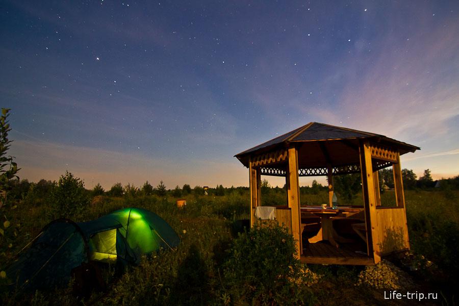 Беседка подсвечена луной, палатка изнутри фонариком