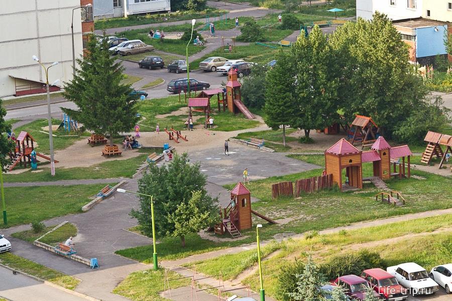 Деревянный городок на детской площадке