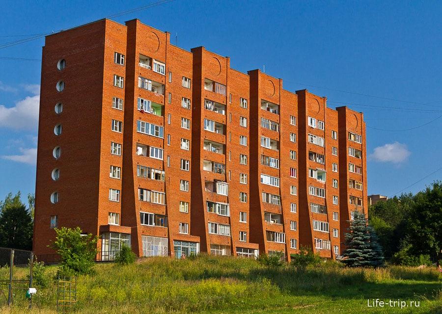 У жителей нижних этажей балконы больше