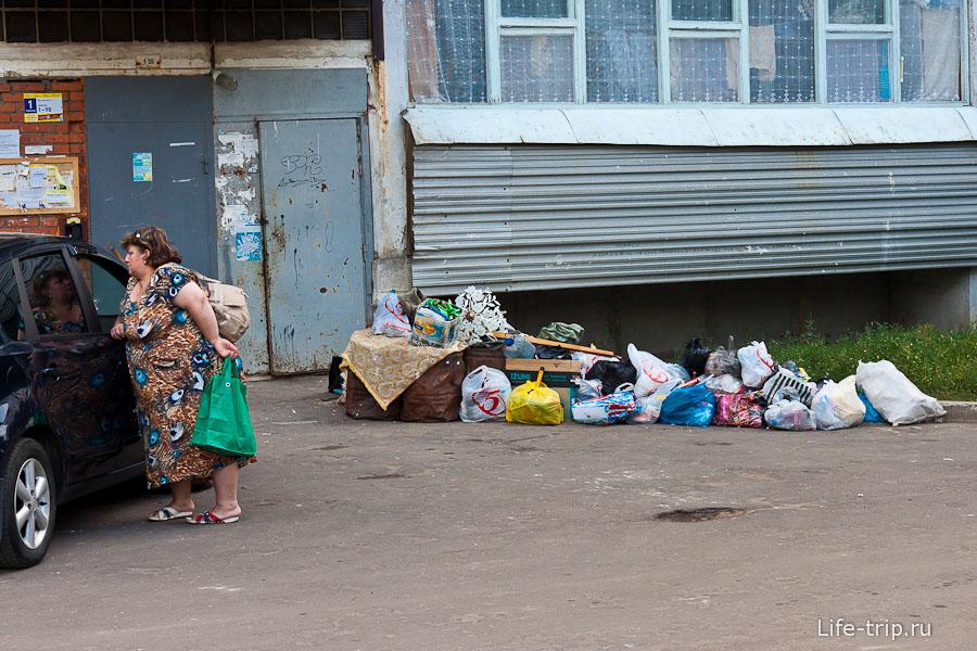 У некоторых подъездов лежит мусор