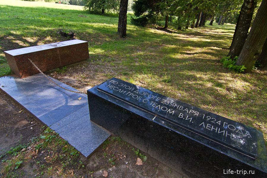 Каменные глыбы обозначающие мемориальную аллею