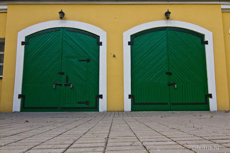 Ярко-зеленые ворота у хозяйственной постройки