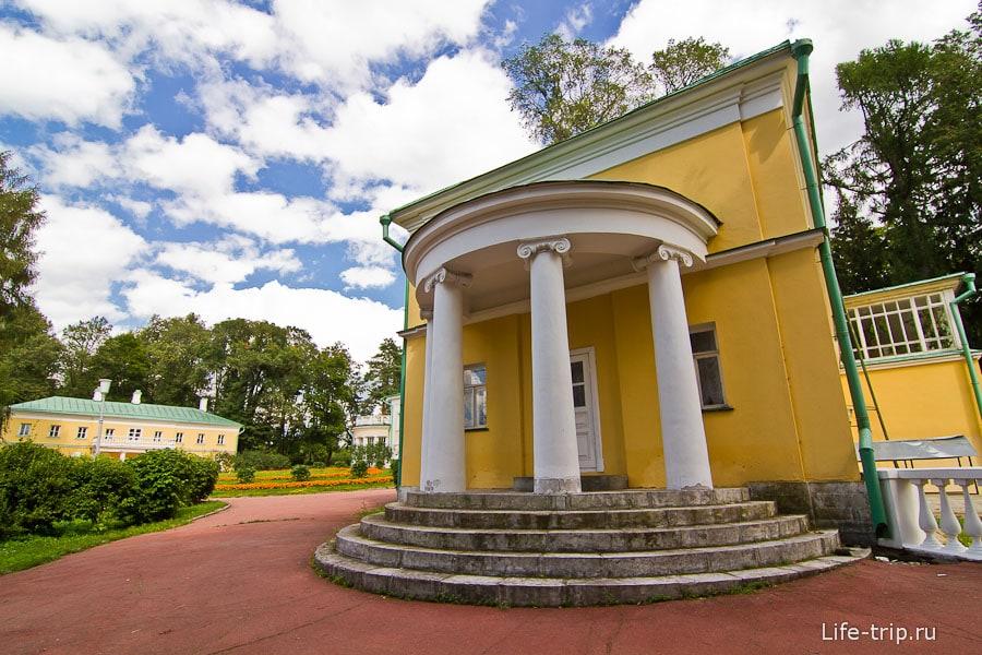 Флигель справа от главного дома