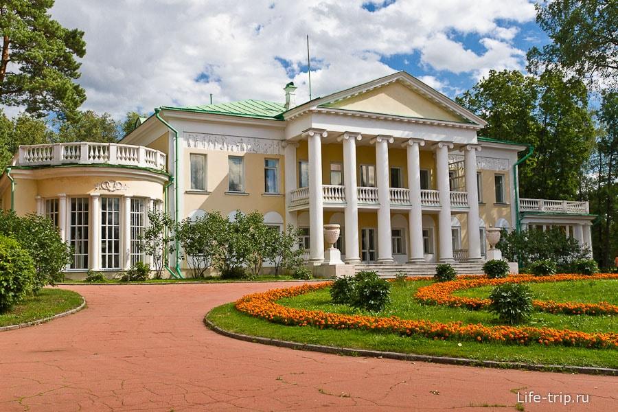 Главный дом усадьбы Горки