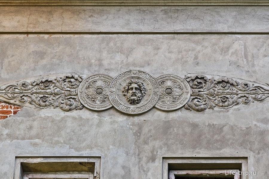 Остатки лепнины на фасаде
