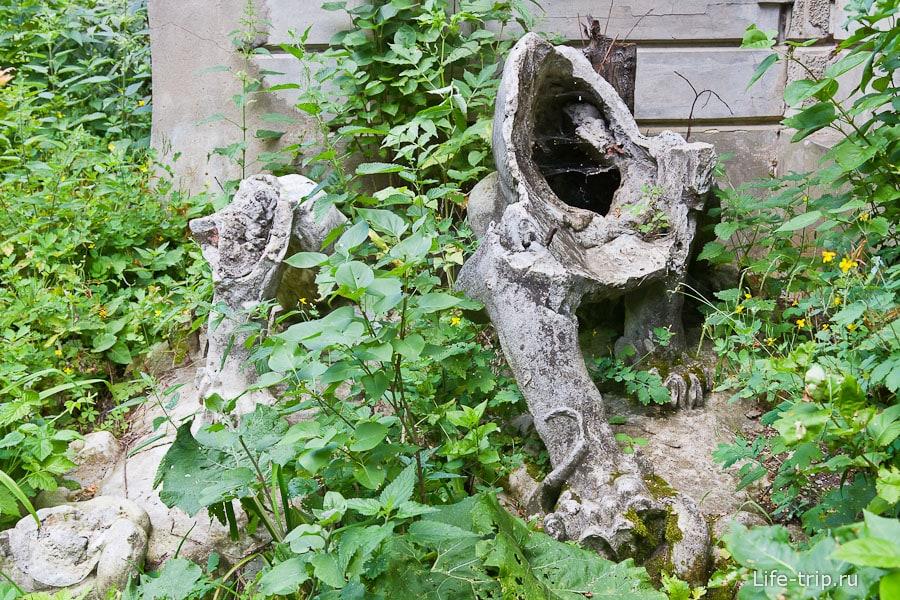 Львы - остатки скульптур