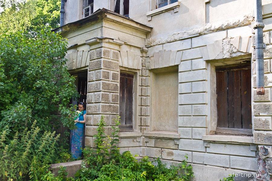 Вход в дом усадьбы заколочен металлическими листами