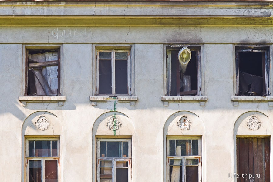 Странный фонарь в окне и видны следы пожара
