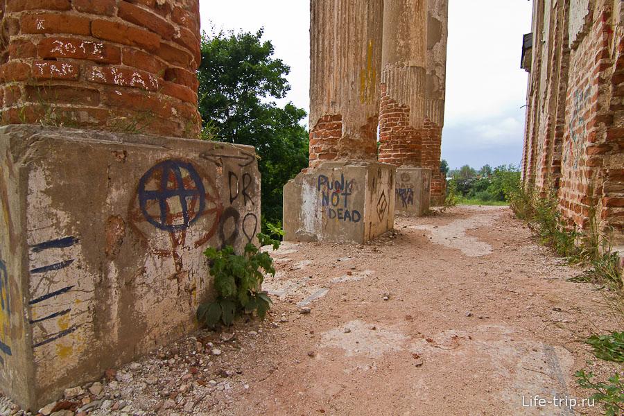 Надписи на колонах и по всему зданию