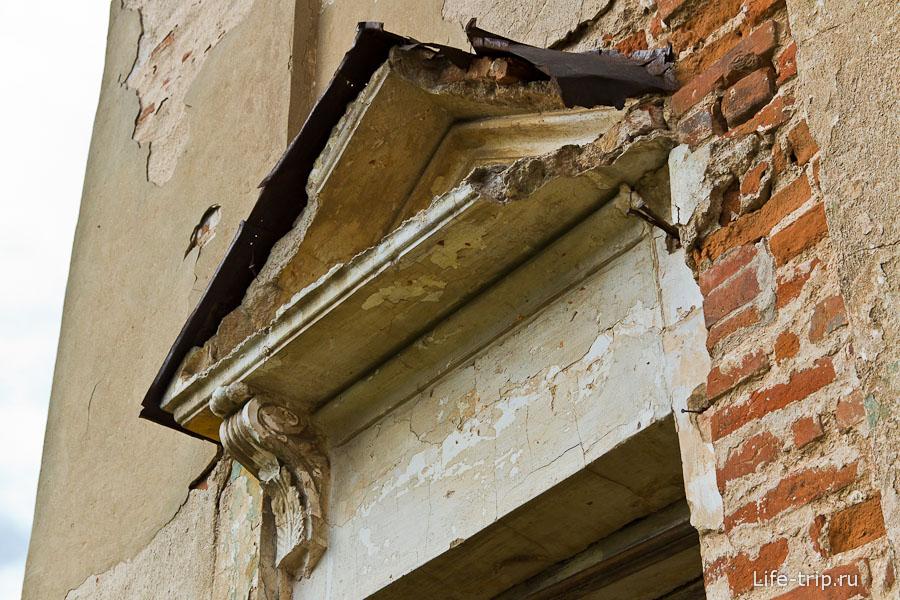Над некоторыми окнами остались элементы декора