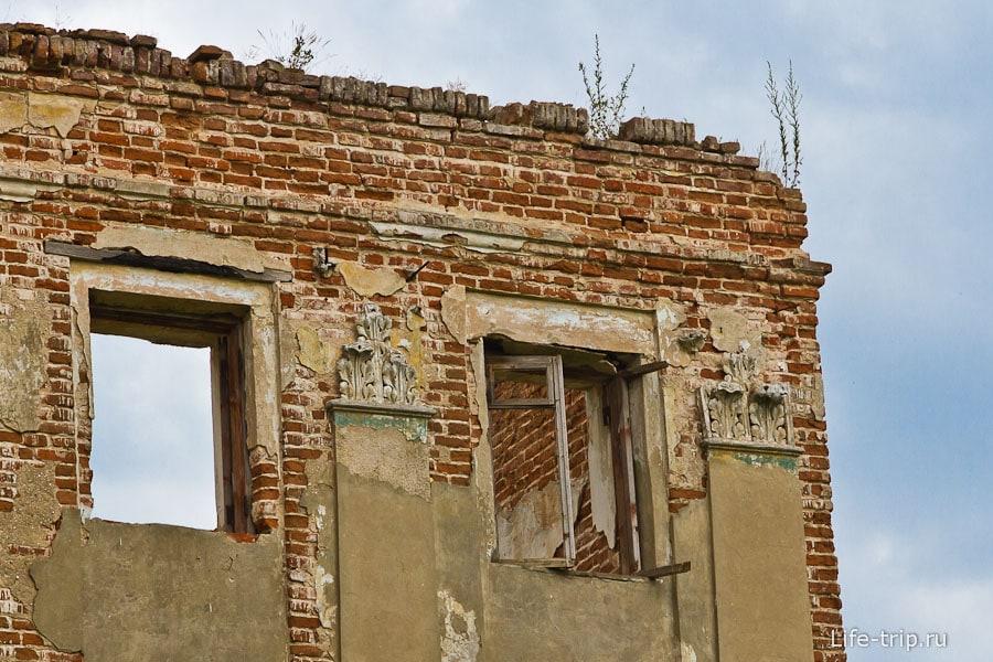 На некоторых окнах еще поскрипывают деревянные рамы