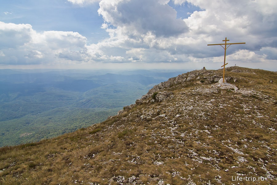Гора Эклизи-Бурун и крест на ней