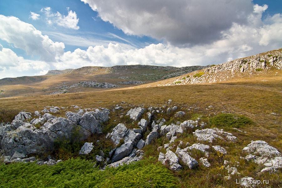 Кругом скалы и камни