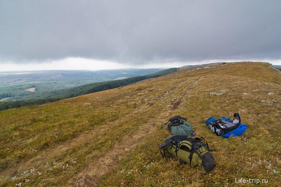 На самом верху все побросали рюкзаки и за скалу прятаться от ветра и отдыхать