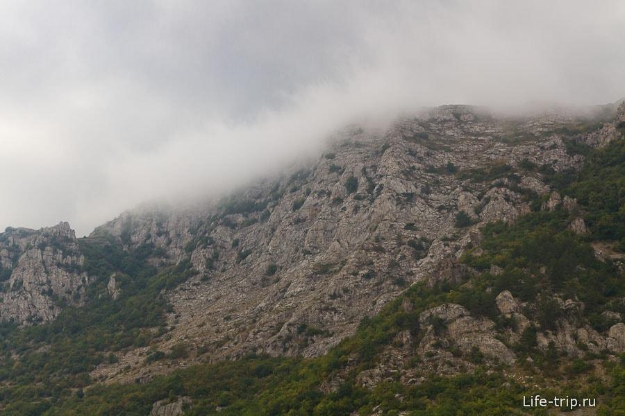 Облако застряло на скале и ни туда и ни сюда