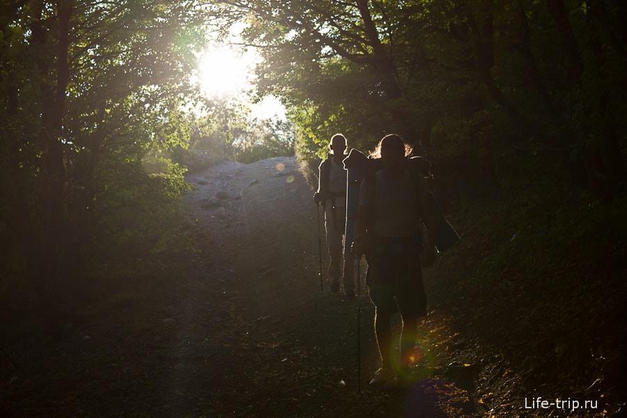 И солнце светило им в спины...