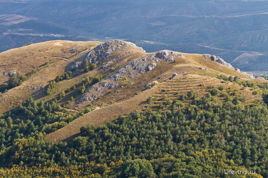Небольшая гора с террасированием