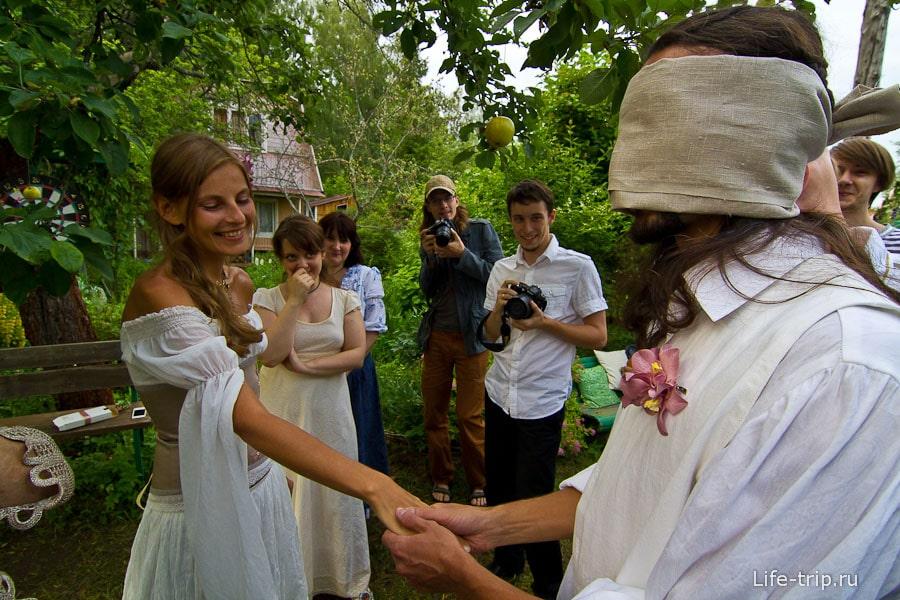 Не обошлось и без узнавания невесты по руке