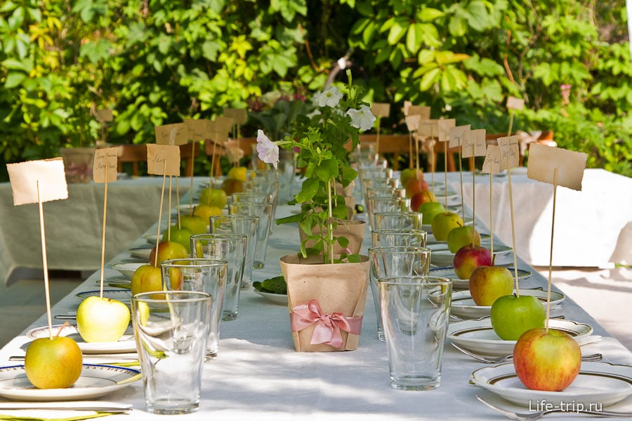 Праздничные стол и каждому по яблоку