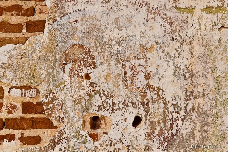 Остатки икон на стенах