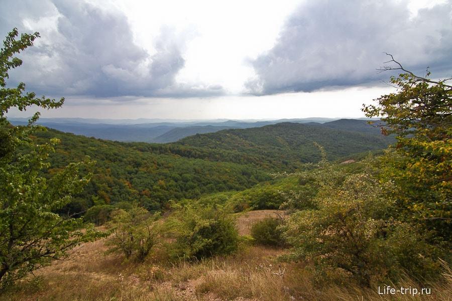 На пол пути открывается вид на окружающие горы