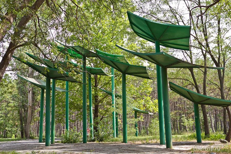 Странные сооружения в парке