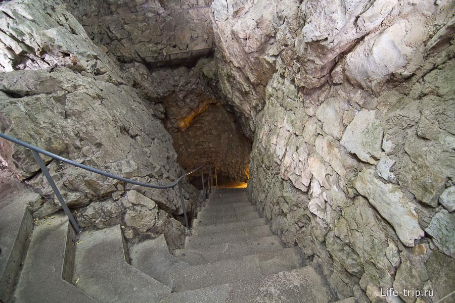 Вниз ведет каменная лестница