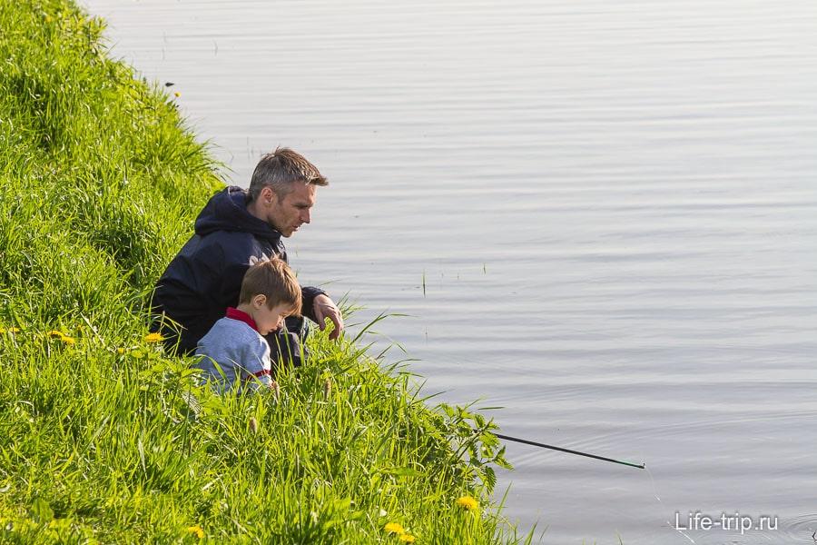 Зато около дома можно и порыбачить