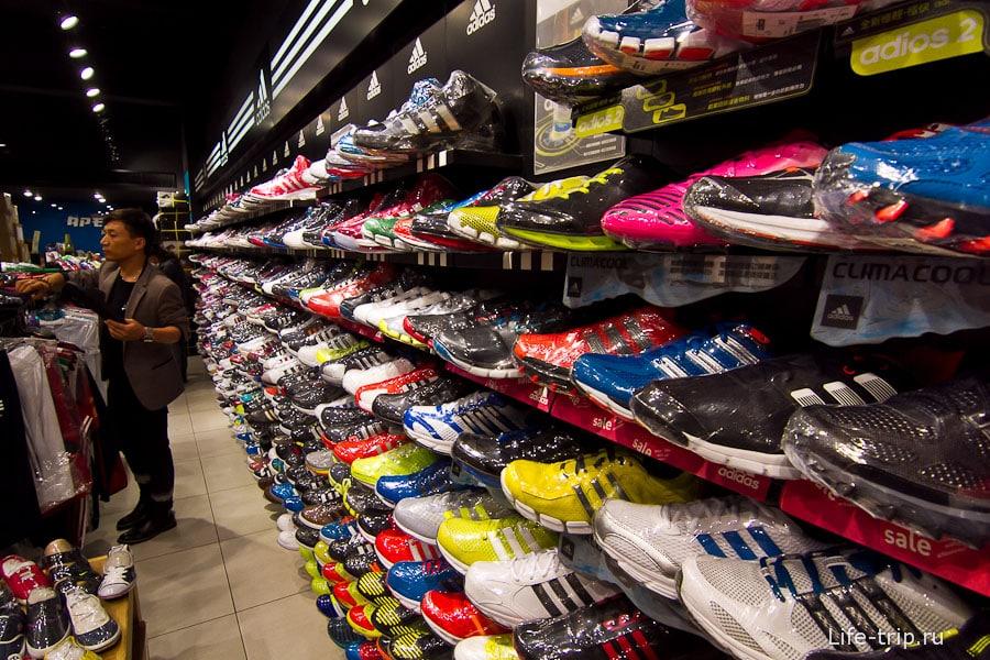 Кроссовки традиционно продаются в пленке