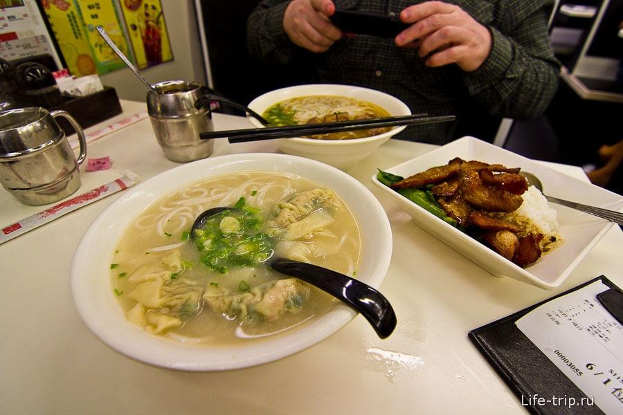 Китайская лапша с завернутыми в тесто креветками