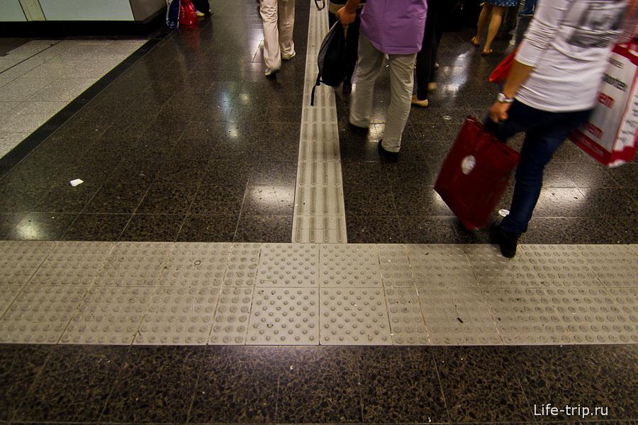 Повсеместно в метро и общественных местах если направляющие для слепых