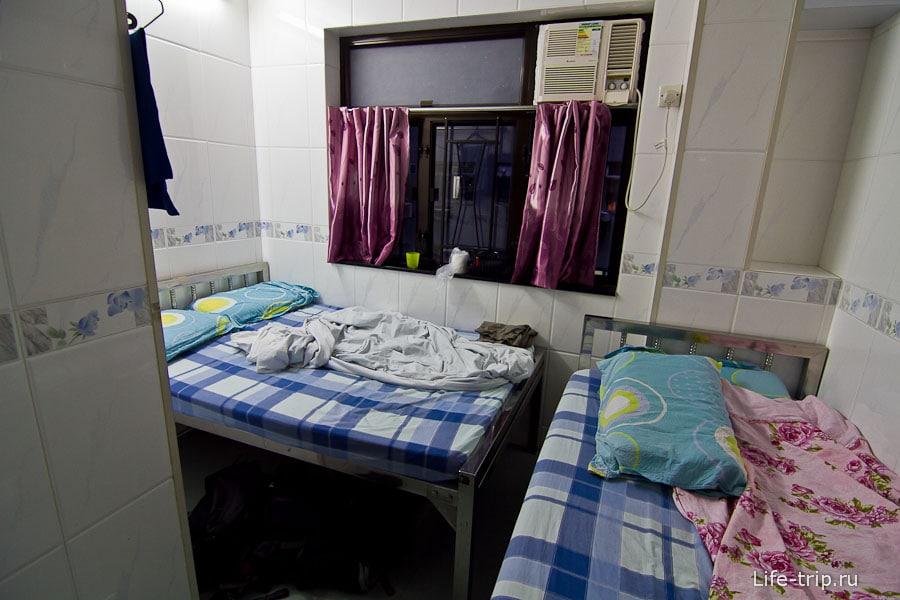Кровати на удивление широкие, на каждой можно вдвоем спать