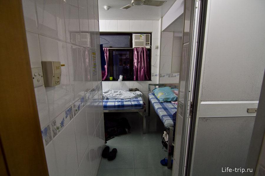 Входим в комнатенку, справа туалет