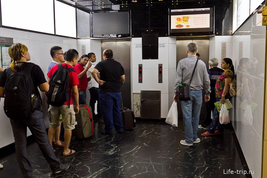 Небольшая очередь к лифту в блок D