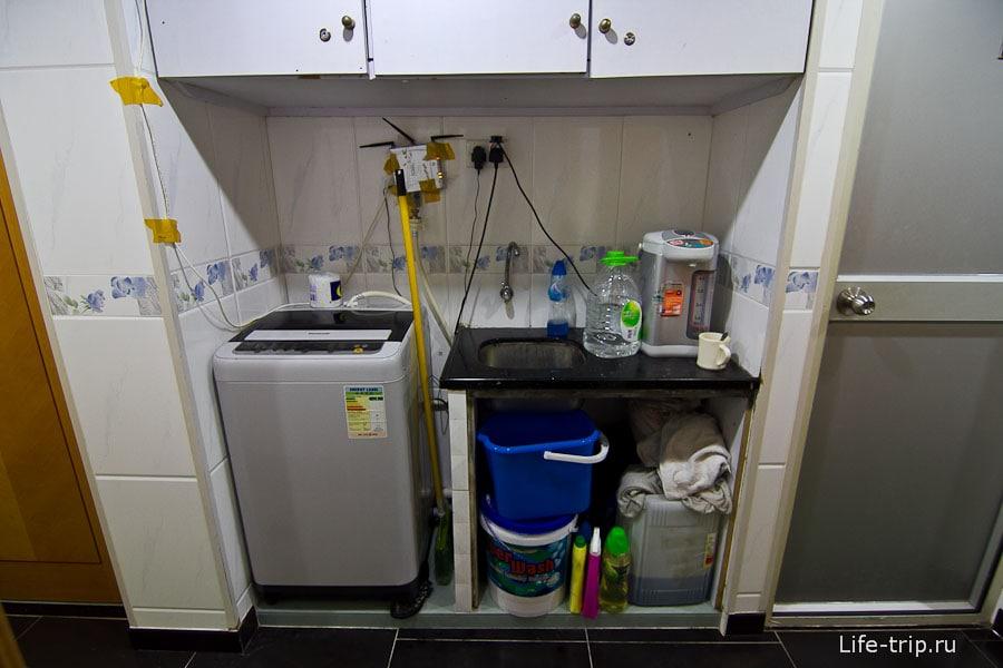Стиральная машина и чайник в коридоре