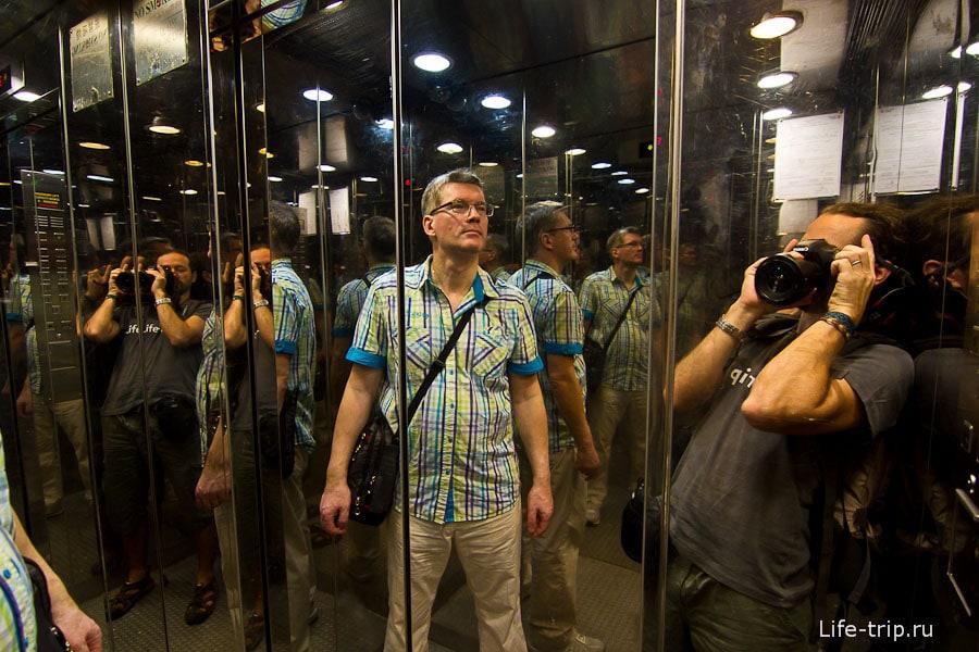Лифт зеркальный, люди множатся и множатся
